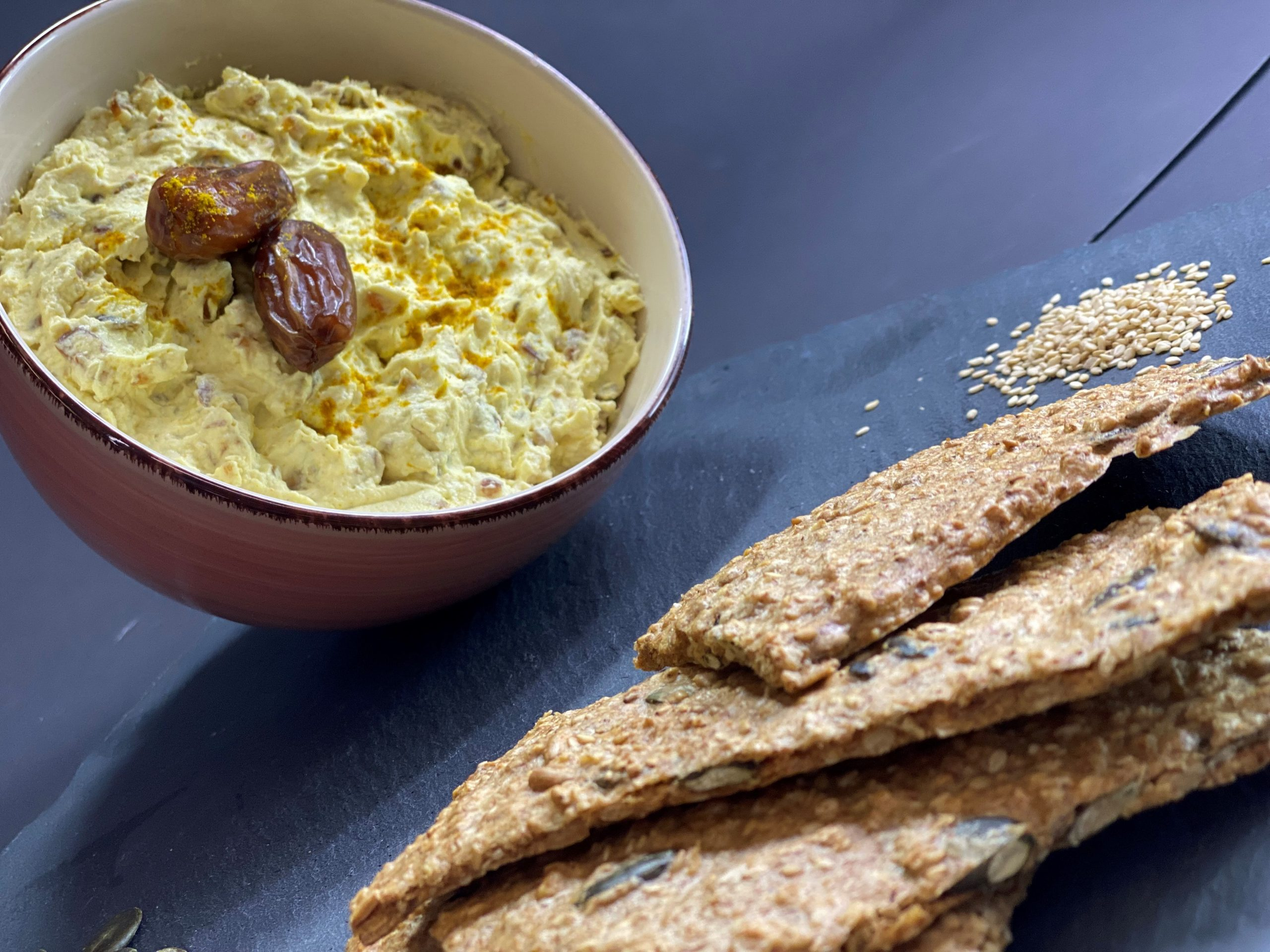 Read more about the article Selbstgemachtes Knäckebrot mit Dattel-Curry-Dip